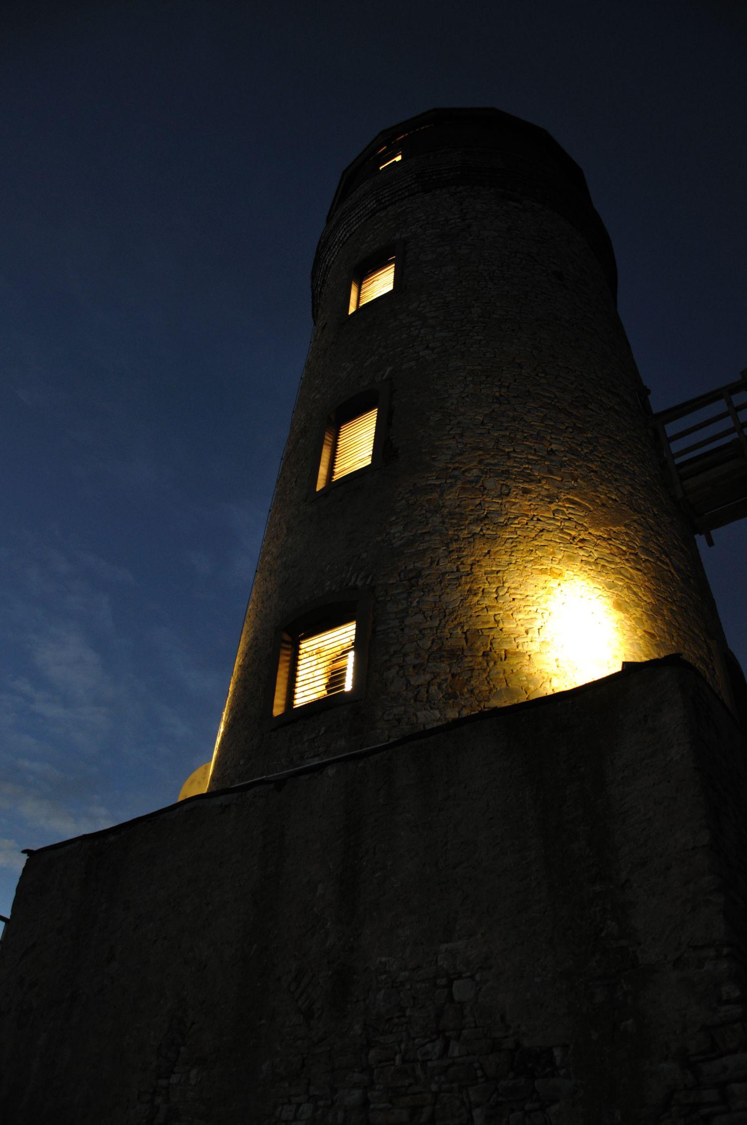 Ansicht eines beleuchteten Turms