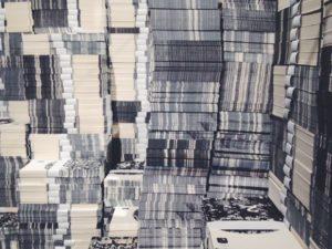 Falsche Banknoten entworfen vom Künstler in kleinen Stapeln gebündelt. Ansicht von der Seite