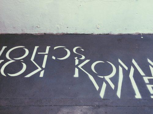 Ausstellungsansicht des Bodens mit Buchstaben