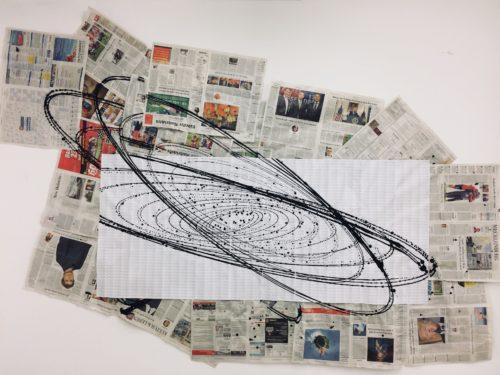 Eine Collage aus Zeitungspapier und gezeichneten ovalen Formen die sich überlagern