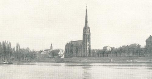 Historische Fotografie der Frankfurter Dreikönigskirche in schwarz-weiß vom gegenüberliegenden Mainufer aus gesehen