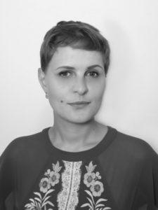 Schwarzweiß-Fotografie der Redakteurin Kira Kramer