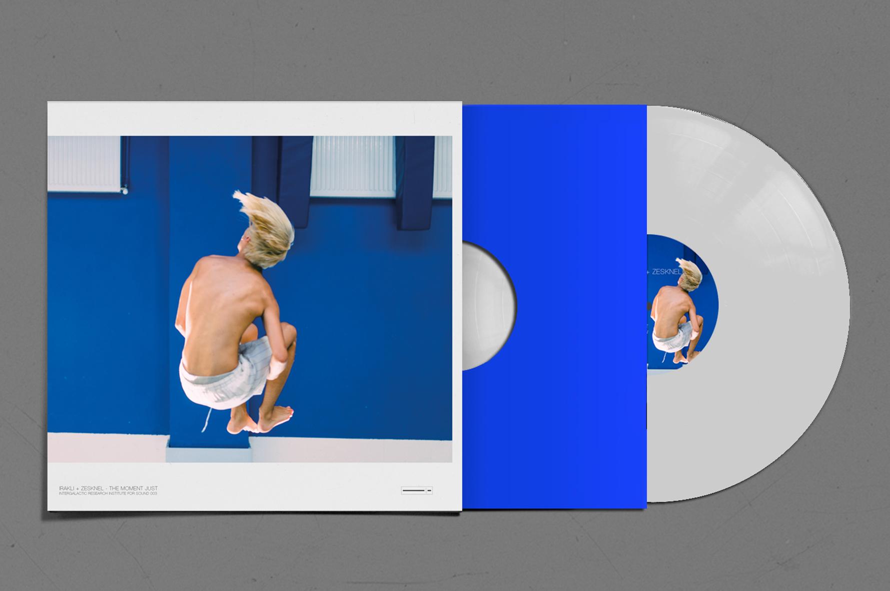 Eine Schallplatte und das Schallplattencover mit einem jungen Mann der mit angezogenen Beinen und wehenden Haaren in die Luft springt