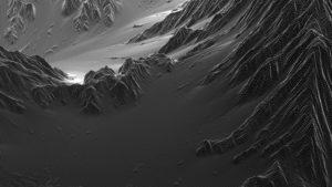 Zu sehen ist eine Momentaufnahme eines Videos, das eine Berglandschaft zeigt. die s/w Aufnahme zeigt eine Winterlandschaft in den Bergen.