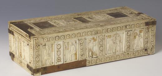 Eine Elfenbeinschatulle mit feinen Schnitzerein, die im hessischen Landesmuseum zu sehen ist.