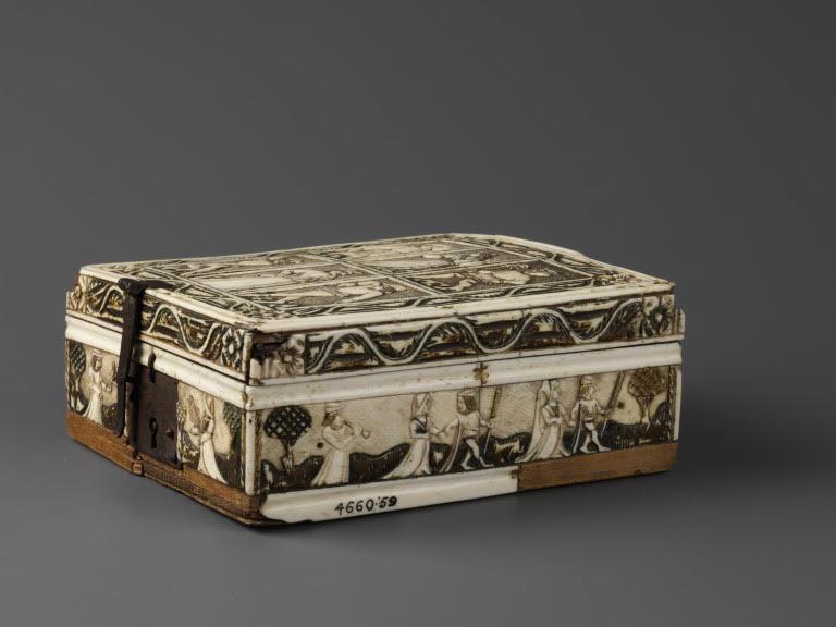 Ein geschlossenes Minnekästchen, dessen Außenseiten reich verziert sind. Zu sehen sind Ornamente, Figuren und Tiere.