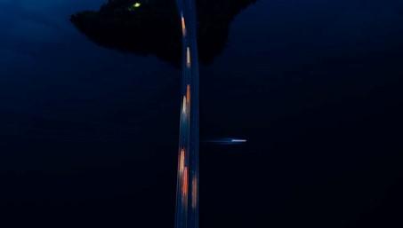 Die Fotografie zeigt eine dunkle Ansicht, wahrscheinlich eine Nachtaufnahme. Mittig befindet sich eine Autobahn über einem Gewässer, die die Fotografie von oben bis unten durchschneidet. Die darauf fahrenden Autos und ein darunter fahrendes Boot sind die einzige Lichtquelle