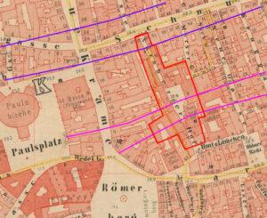 rötliche Stadtkarte von Frankfurt, die den Paulsplatz und den Römer zeigt. Mithilfe farbiger Markierungen in rot für den Nürnberger Hof sowie in violett und pink werden die Bereiche angegeben, die im Zuge der Straßendurchbrüche entfernt wurden.