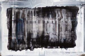 Vorder- und Rückseite einer Fotografie eines Hauses auf Acrylglac. Mit blauen Streifen und grauem Hintergrund.