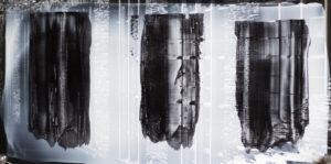 Vorder- und Rückseite eines Fotografie eines Industriegebäudes mit schwarzen Farbstreifen