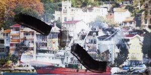 Fotografie einer sonnigen Hafenszene mit Booten und Häusern im Hintergrund. Zwei schwarze Farbwischer auf der Fotografie