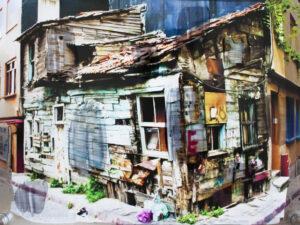 Fotografie eines alten ruinenhaften Hauses, das viele bitte Elemente hat