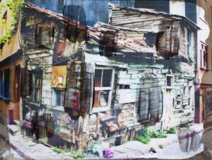 Aufnahme eines ruinenhaften Hauses mit farbigen Elementen
