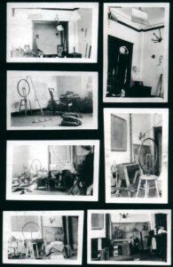 Es sind sieben s/w Aufnahmen zu sehen, die verschiedene Readymades in Duchamps Atelier zeigen.