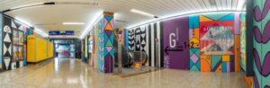 Weitwinkelansicht der S-Bahn-Station Galluswarte mit einem sehr guten Einblick in die Gesamtansicht der farbigen Wandmalerei.