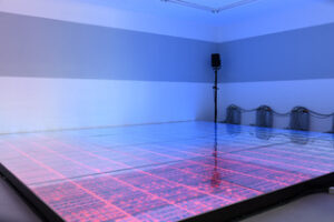 In blau rosa ausgeleuchteter Raum, mit Blick auf Dias